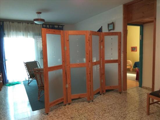 כניסה לקליניקה, הסלון מעבר למחיצה הוא חדר המתנה