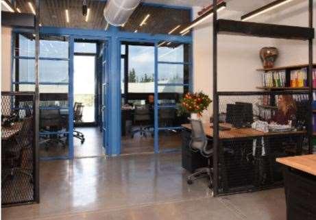 800 מר להשכרה בצור יגאל בניין ייצוגי משרדים כ800 מר