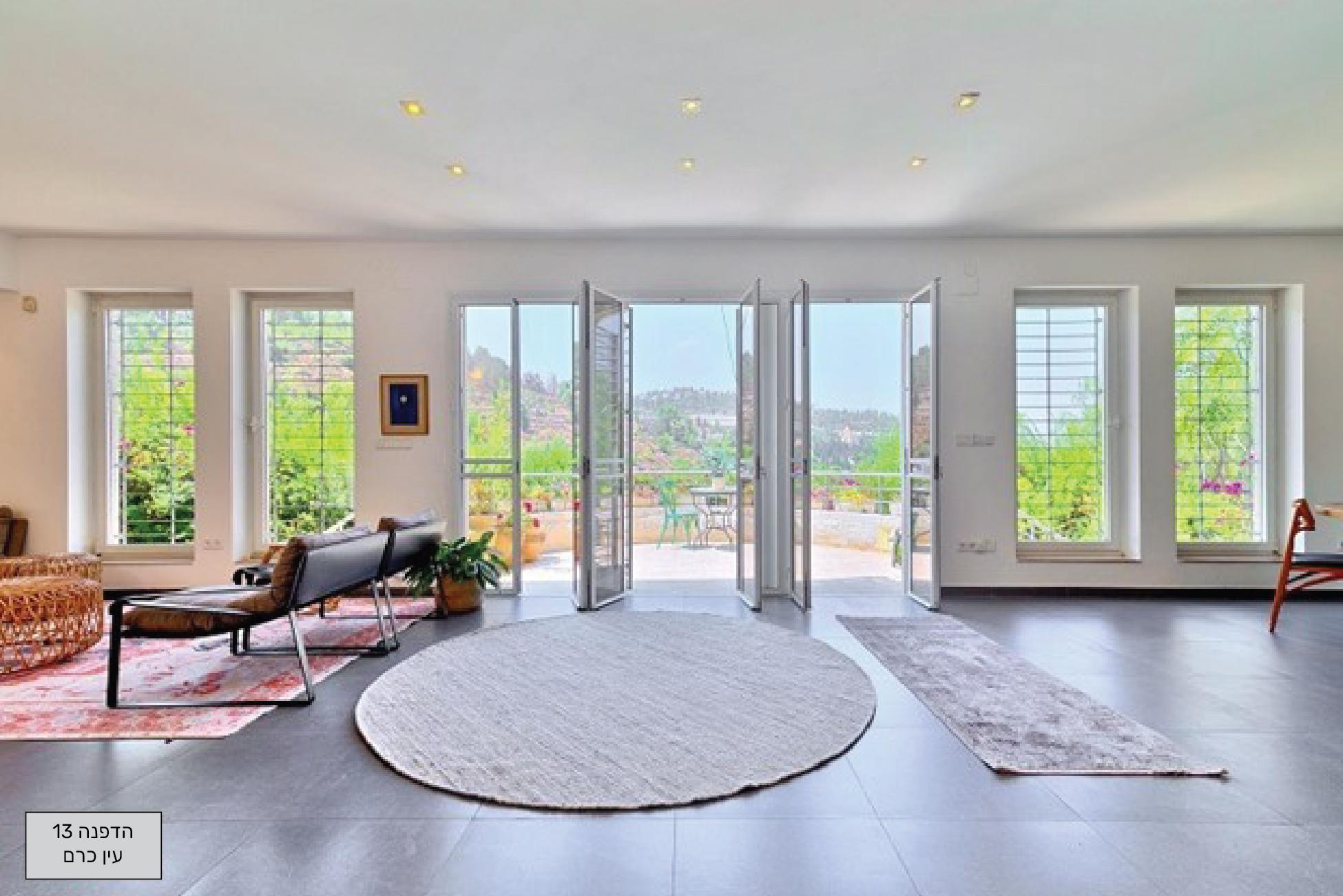 מראה מהסלון למרפסת ולנוף
