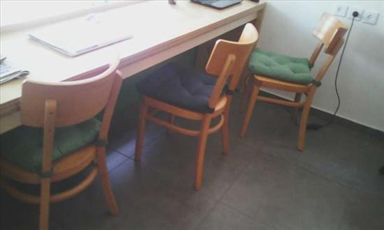 כיסאות עץ בהיר
