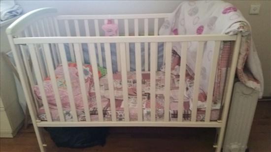 מיטת תינוק ושידת החתלה