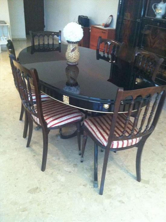 שולחן עם 6 כסאות ומזנון