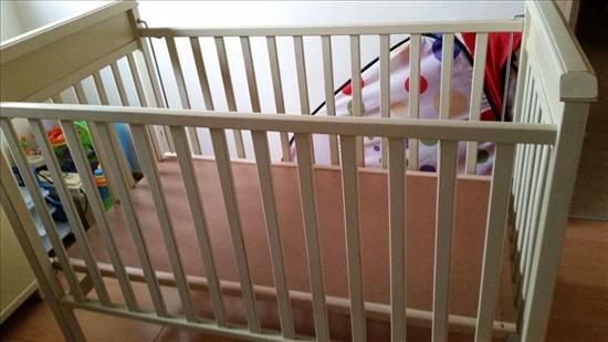 מיטת תינוק מעץ