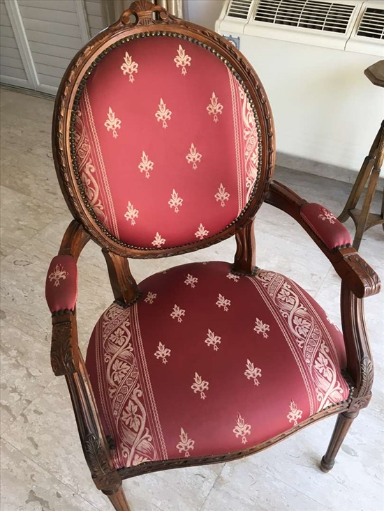 כיסאות עתיקים מחודשים בהזדמנות