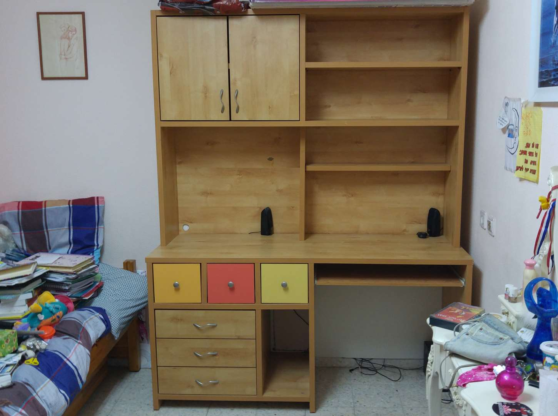 ספריה עם שולחן כתיבה ומגירות