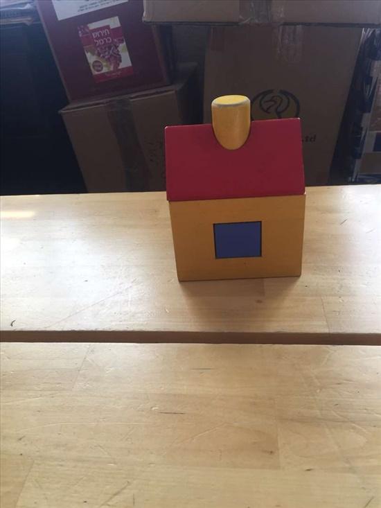 בית מעץ צבעוני