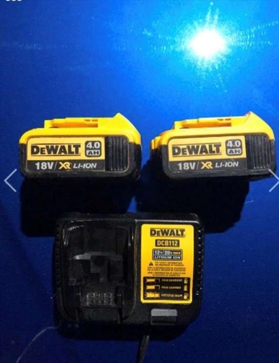 סוללות 4.0 אמפר ומטען DEWALT
