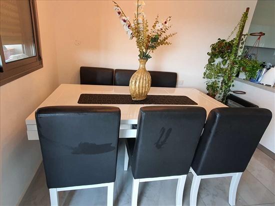 שולחן וכסאות לפינת אוכל