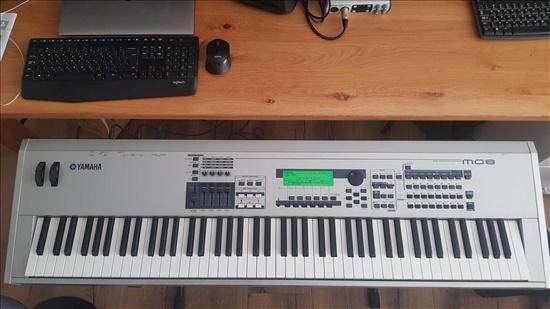 Yamaha MO8 Synthesizer