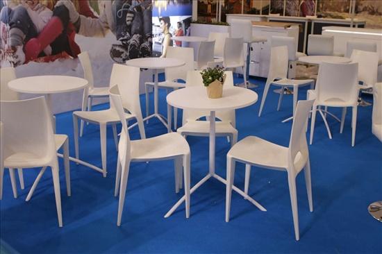 200 כסאות