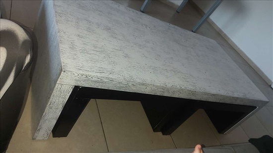 שולחן סלון ומתחת 2 שולחנות קטנים נשלפים בצבע שחור..מחיר 500