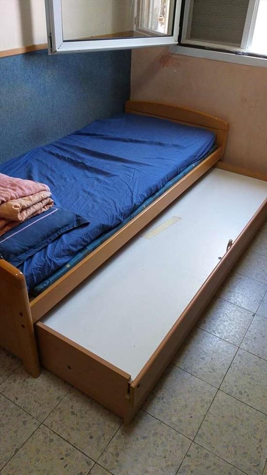מיטת יחיד שנפתחת למיטה זוגית מ