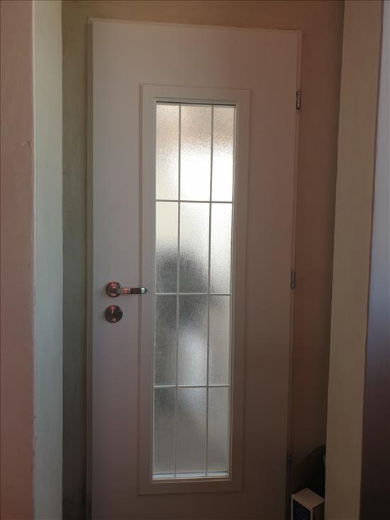 דלת מעוצבת עם זכוכות רב-בריח